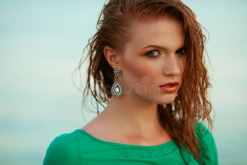塑造年轻模型画象与湿长的姜红色头发的 免版税库存图片