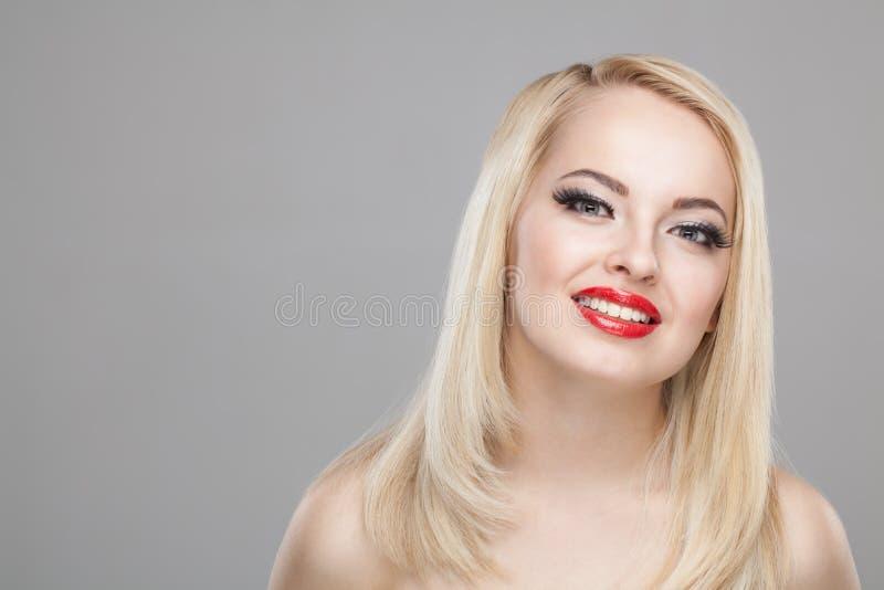 塑造微笑的美丽的白肤金发的女孩时髦的秀丽画象  免版税库存图片