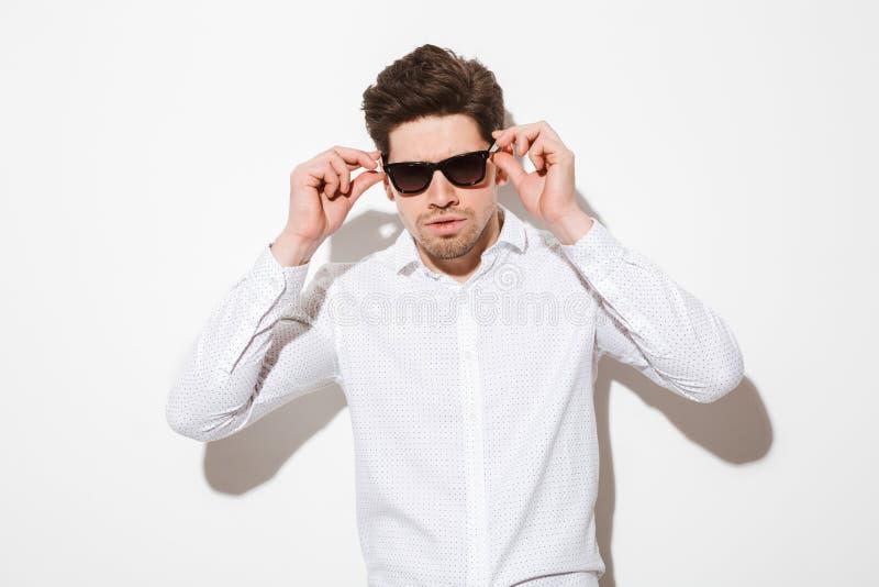 塑造情夫模型画象在衬衣穿戴的接触su 图库摄影