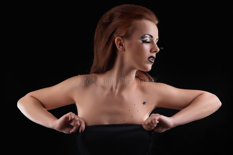 塑造摆在黑暗的背景-纵向的女孩 免版税图库摄影