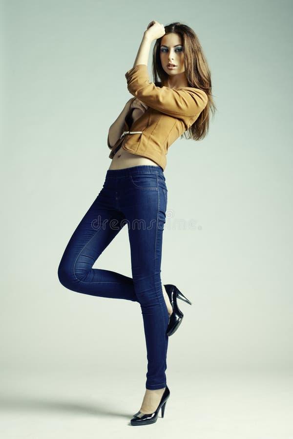 塑造新肉欲的妇女照片牛仔裤的 免版税库存照片