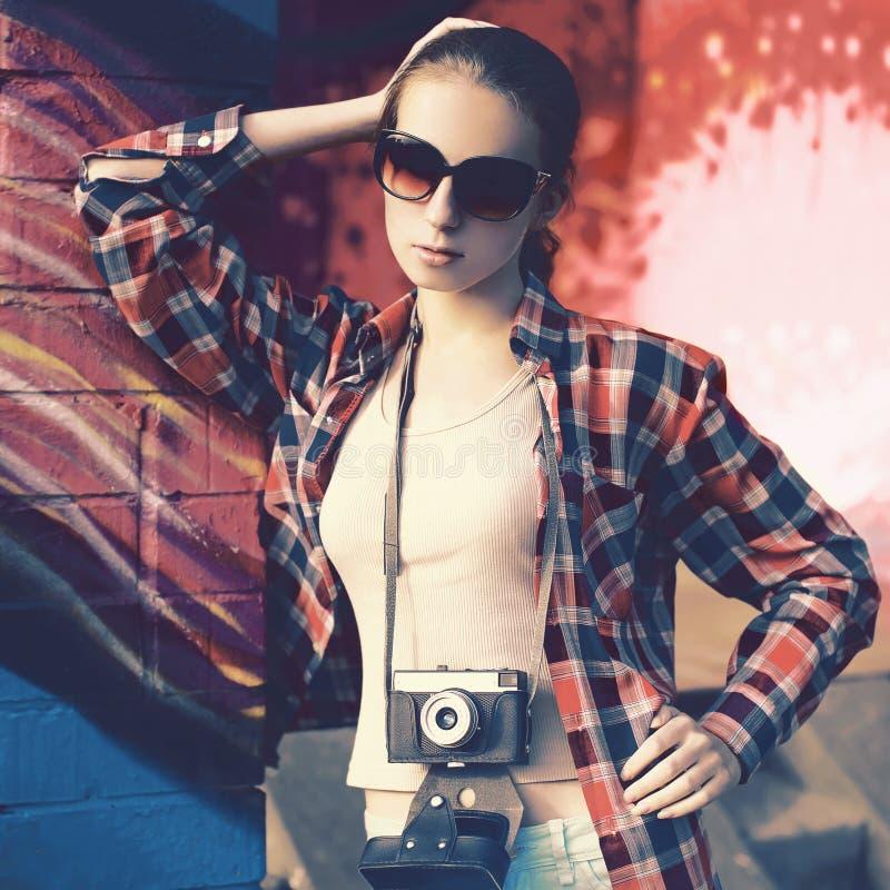 塑造时髦的少妇画象有老减速火箭的照相机的ag 免版税库存照片