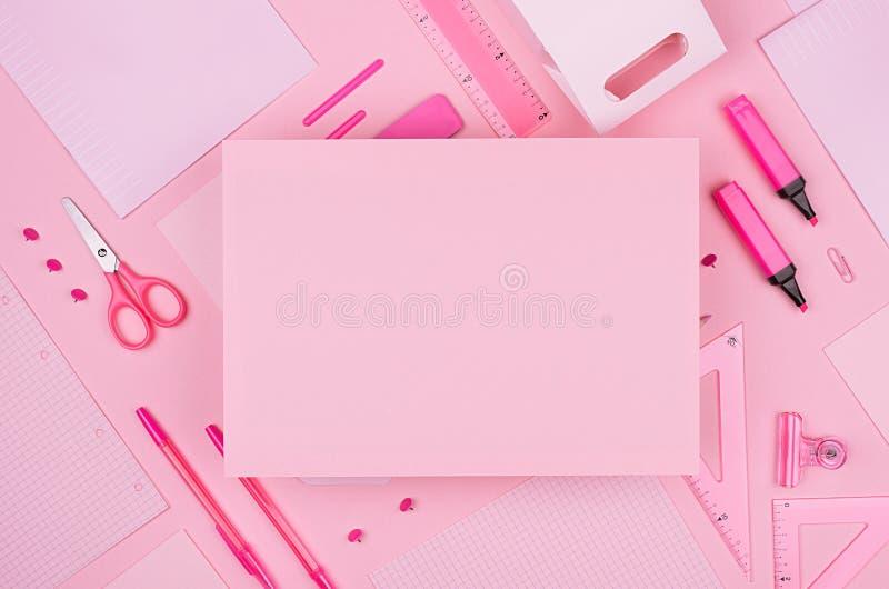 塑造时髦的工作场所-文本的白纸在淡色背景,顶视图的霓虹桃红色办公室文具收藏 图库摄影