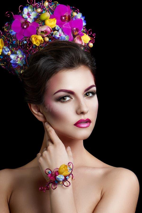 塑造有花的秀丽妇女在她的头发和在她的脖子上 完善创造性组成和发型 免版税库存图片