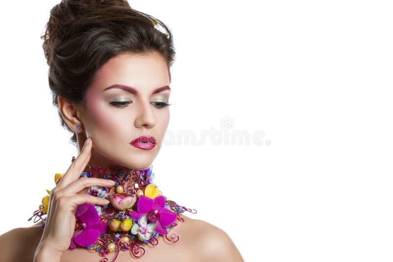 塑造有花的秀丽妇女在她的头发和在她的脖子上 完善创造性组成和发型 库存照片