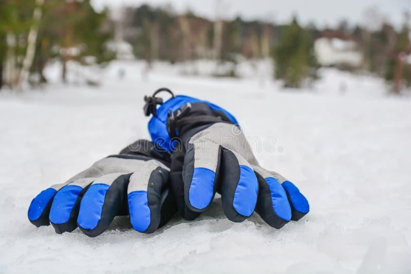 塑造滑雪冬天手套在雪冬天山多云天 免版税库存图片