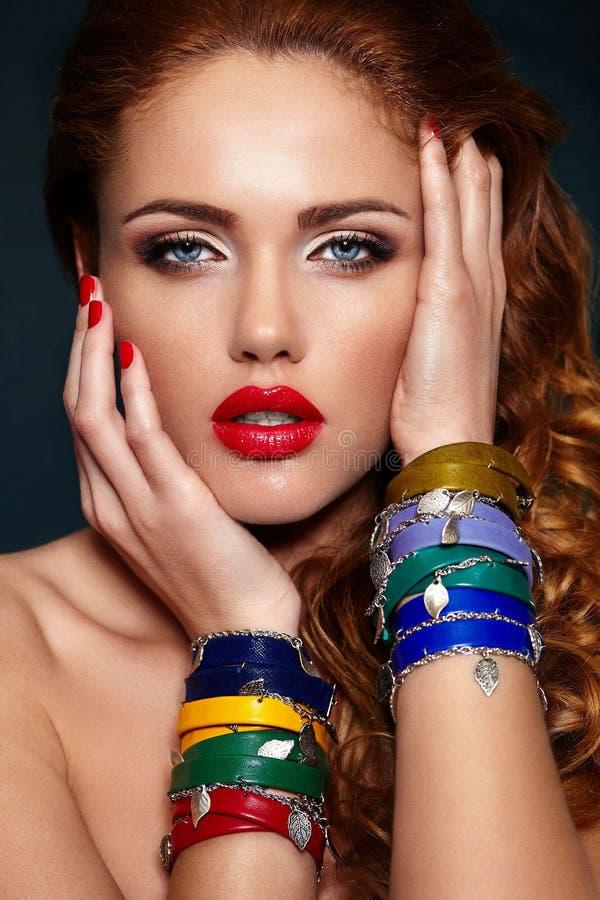 塑造特写镜头性感时髦白肤金发与红色嘴唇 免版税库存图片