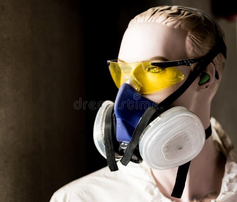 塑造玻璃和人工呼吸机面具的安全时装模特 库存照片