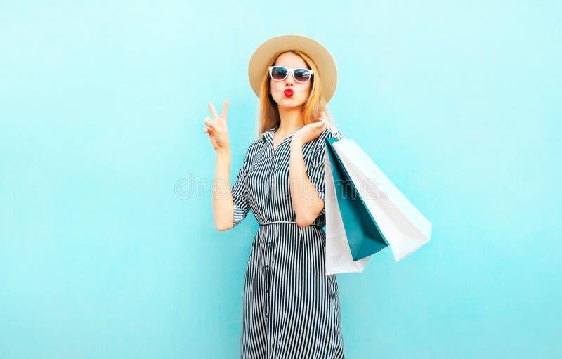 塑造画象有购物袋的俏丽的妇女在镶边礼服 免版税库存图片