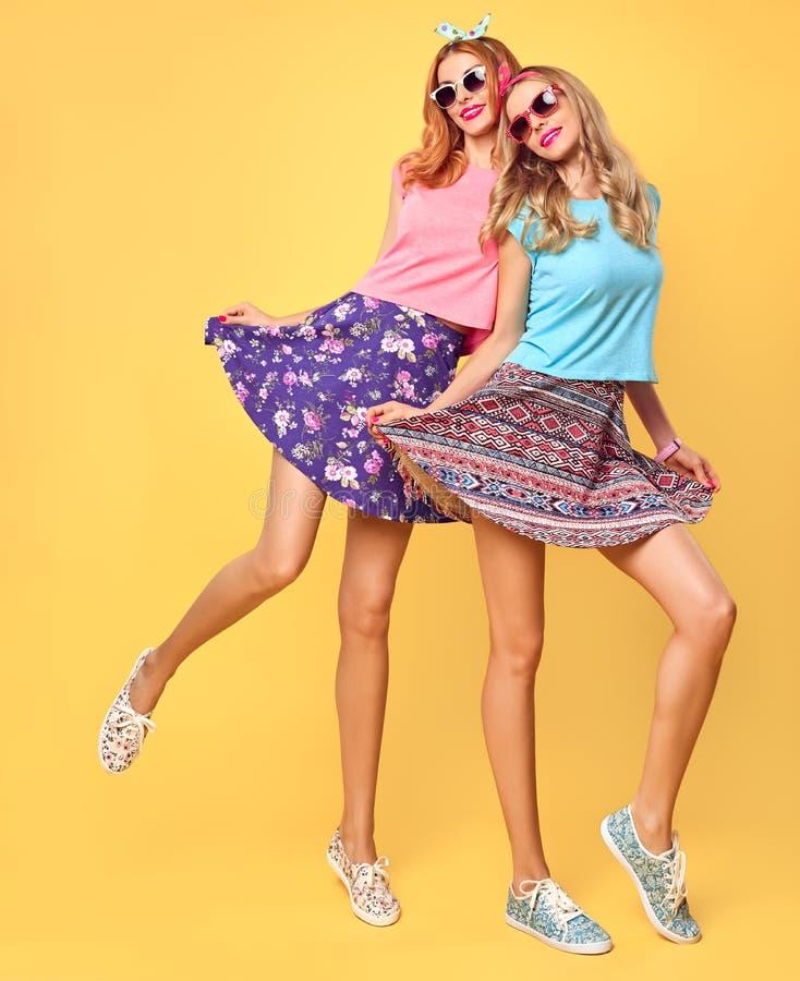 塑造疯狂滑稽的女孩获得乐趣,舞蹈 朋友 免版税库存照片