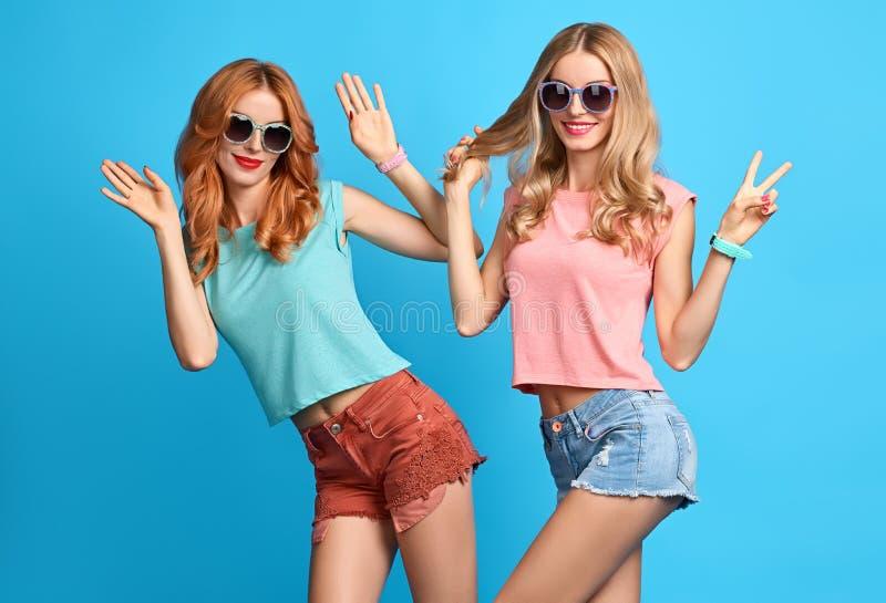 塑造疯狂滑稽的女孩获得乐趣,舞蹈 朋友 库存图片