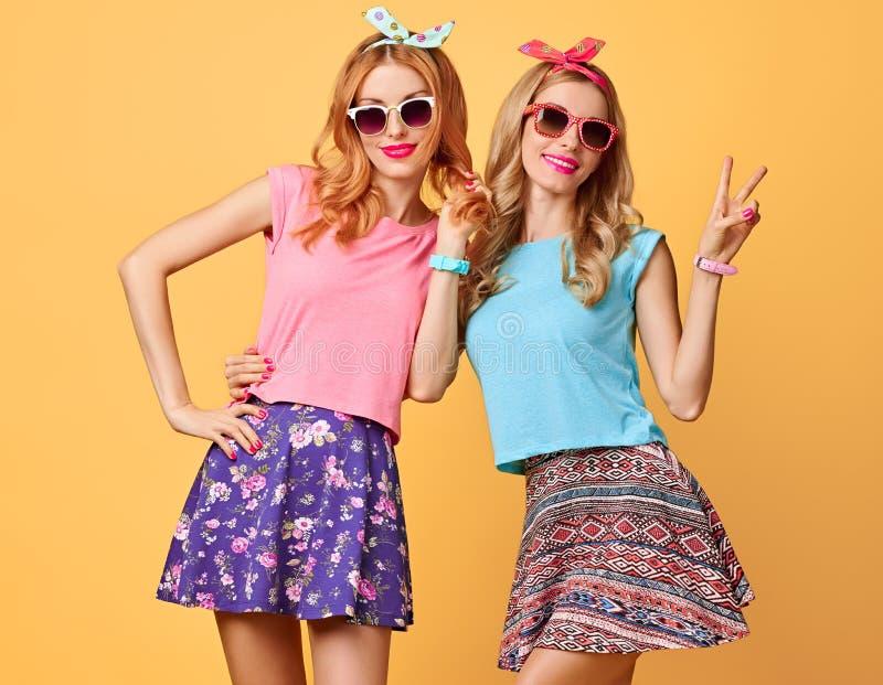 塑造疯狂滑稽的女孩获得乐趣,舞蹈 朋友 免版税库存图片