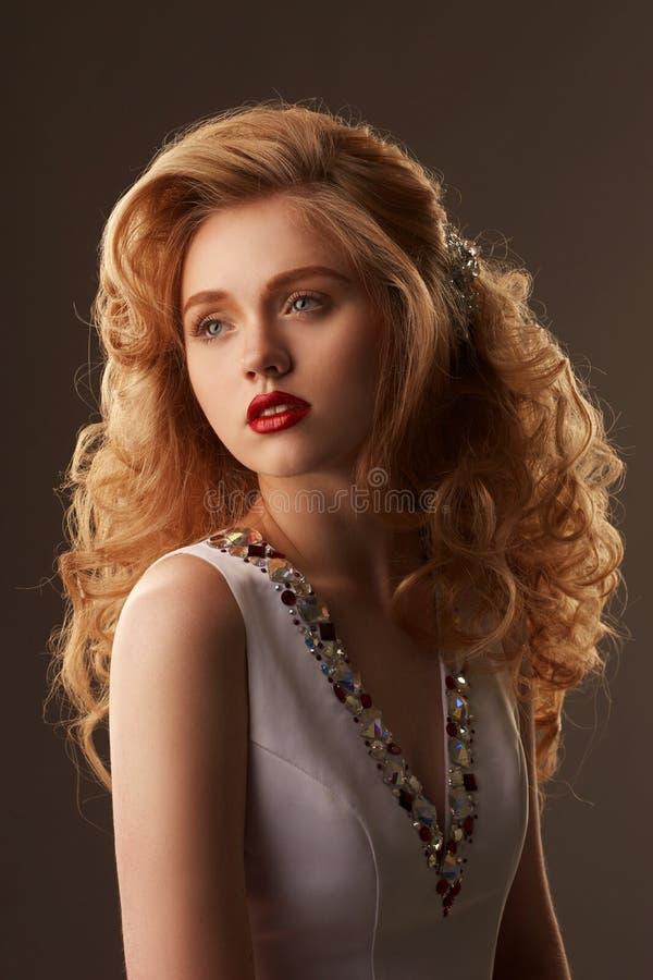 塑造白肤金发的女孩秀丽画象有updo的 免版税图库摄影