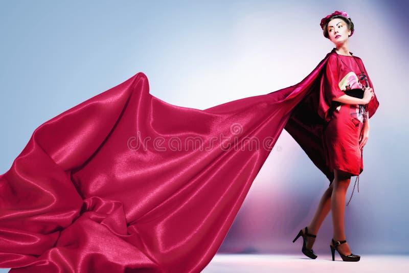 塑造穿传统日本红色和服的亚裔妇女。Gei 库存图片