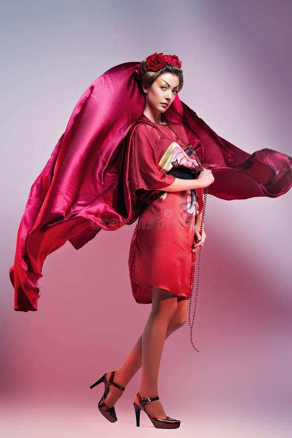 塑造穿传统日本红色和服的亚裔妇女。Gei 图库摄影