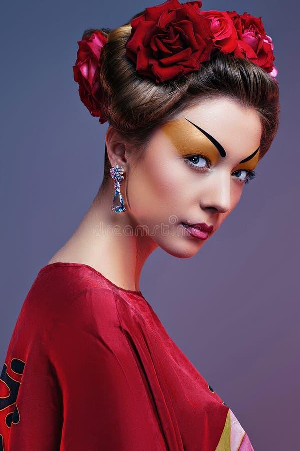 塑造穿传统日本红色和服的亚裔妇女 库存照片