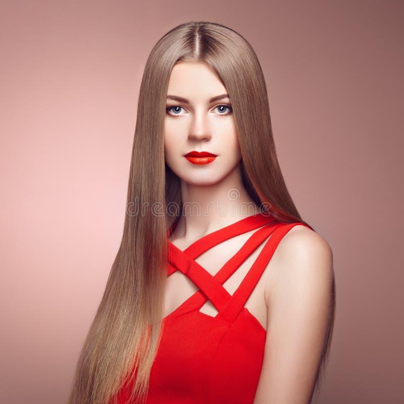塑造端庄的妇女画象有壮观的头发的 免版税库存照片