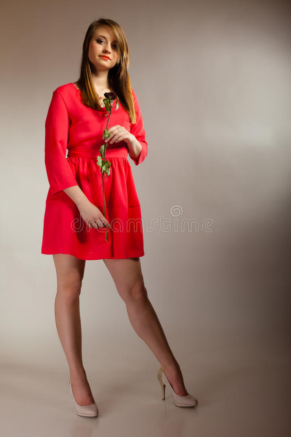 塑造红色褂子的青少年的女孩以干燥起来的妇女 库存图片