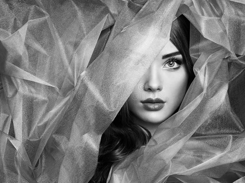 塑造美丽的妇女照片在蓝色面纱下 库存图片