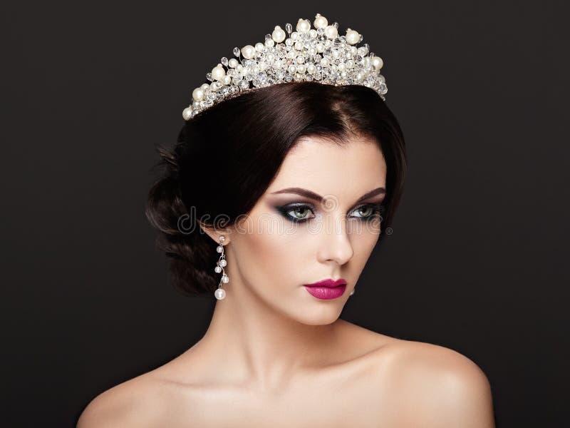 塑造美丽的妇女画象有冠状头饰的在头 图库摄影