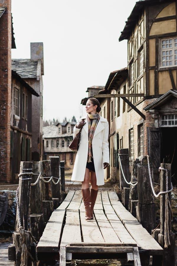 塑造美丽的妇女画象老葡萄酒街道的 免版税图库摄影
