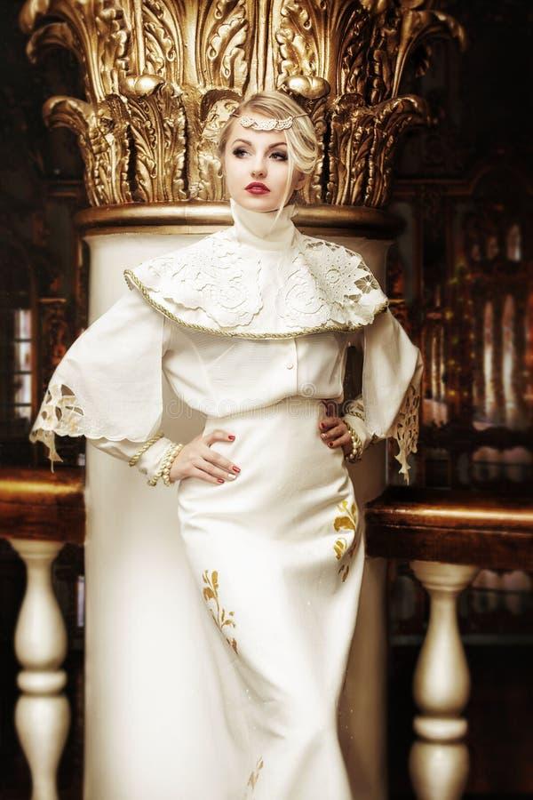 塑造美丽的妇女画象长的白色礼服的在ol 库存图片