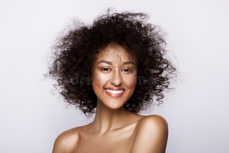塑造美丽的非裔美国人的妇女演播室画象有完善的光滑的发光的混血儿皮肤的,组成 图库摄影
