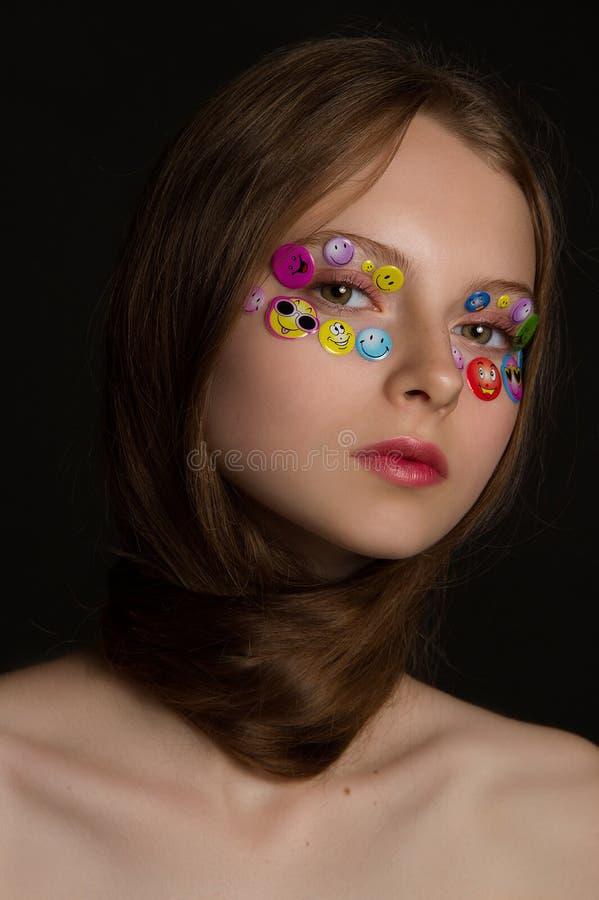 塑造美好的年轻模型画象与贴纸的 库存照片