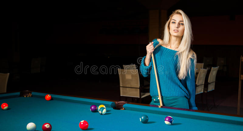 塑造美好的年轻白肤金发的女孩戏剧台球画象  图库摄影