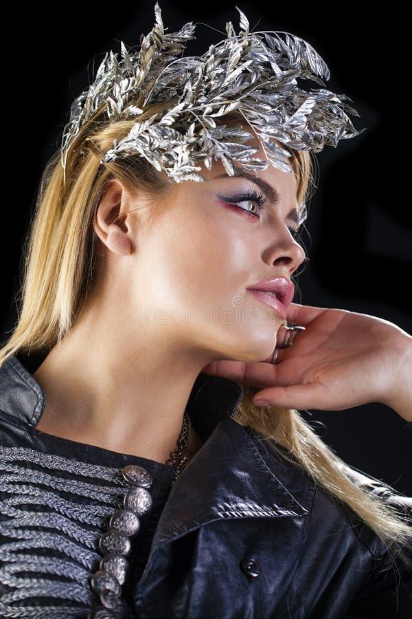 塑造肉欲的白肤金发的女性画象有发型的 免版税库存照片