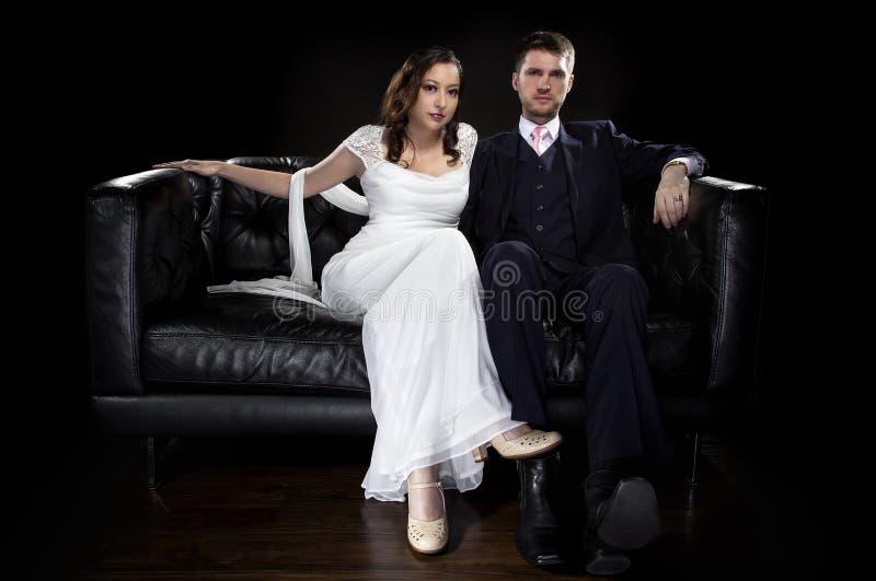 塑造艺术装饰样式婚礼衣服和礼服的允诺的夫妇 免版税库存图片