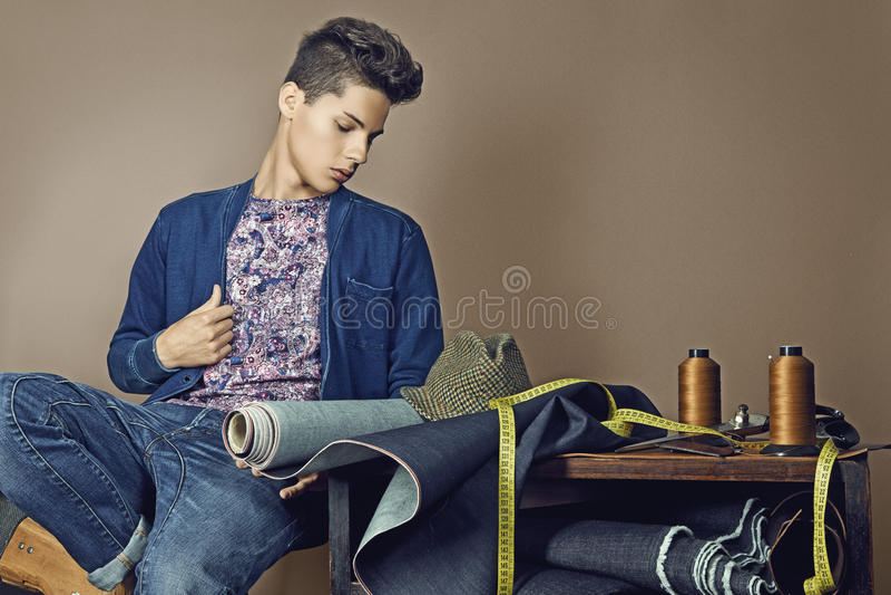 塑造英俊的年轻人画象有工具的为缝合小室 库存照片