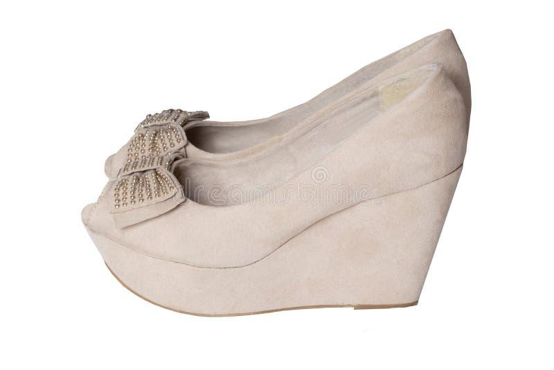 塑造鞋子 一个对米黄牛仔布妇女的绒面革高跟鞋鞋子 免版税库存照片