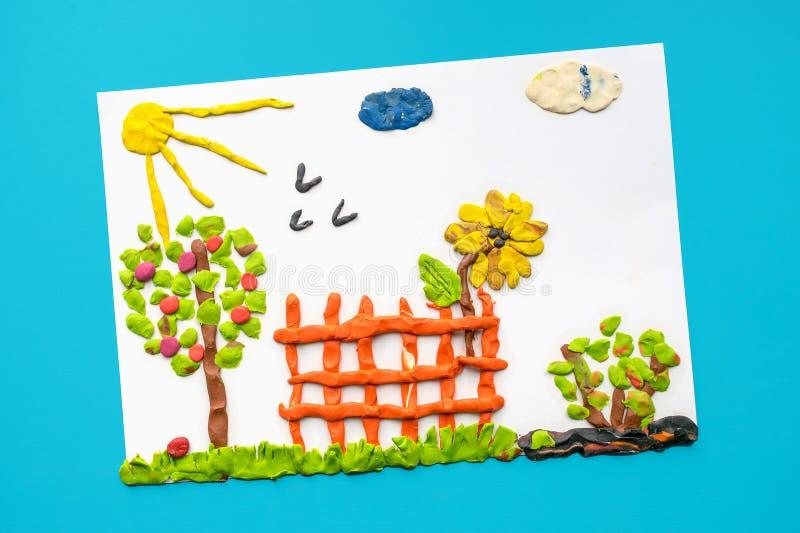 塑造黏土工艺的儿童` s 与t的明亮的夏天风景 库存照片