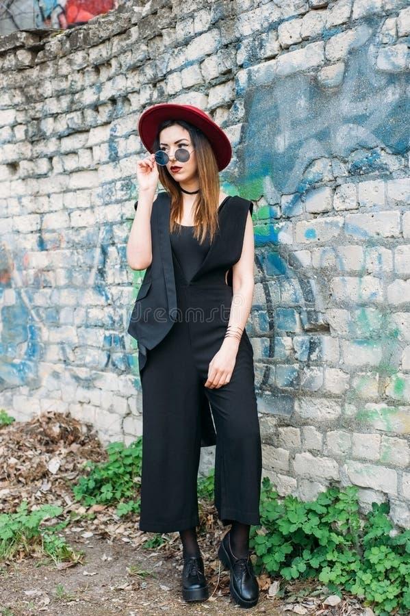 塑造戴一个红色帽子的俏丽的妇女模型 免版税库存图片