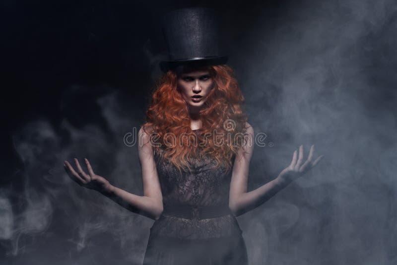 年轻秀丽妇女佩带的帽子 库存图片