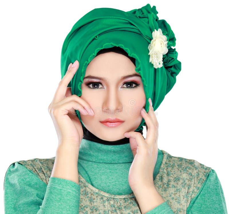 塑造年轻美丽的回教妇女画象有绿色费用的 免版税库存照片