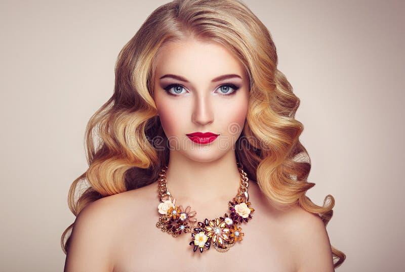 塑造年轻美丽的妇女画象有典雅的发型的 免版税图库摄影