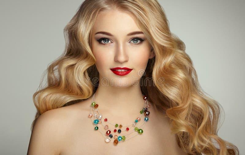 塑造年轻美丽的妇女画象有典雅的发型的 库存照片