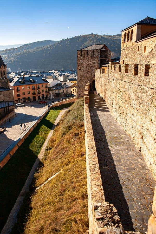 塔、墙壁、蓬费拉达城堡的护城河和城垛在日出的 库存照片
