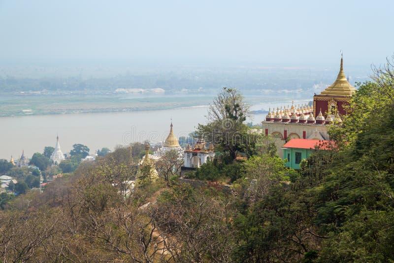 塔、stupas和河实皆的在曼德勒 库存照片