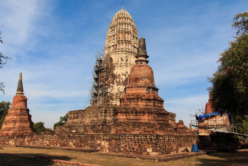 塔为在Borommarachathirat国王的修理是闭合的称Ratburana寺庙的II大城王国 免版税库存照片