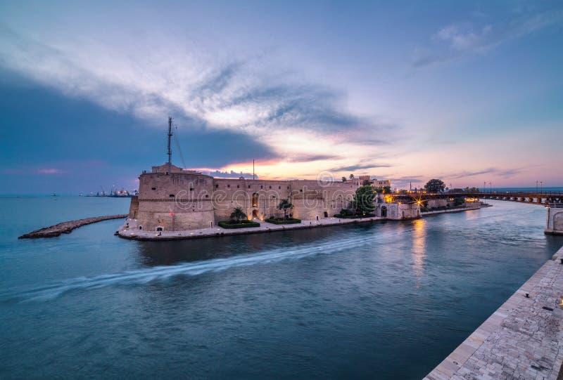 塔兰托古老堡垒 在城市风景的惊人的日落 ital 库存图片