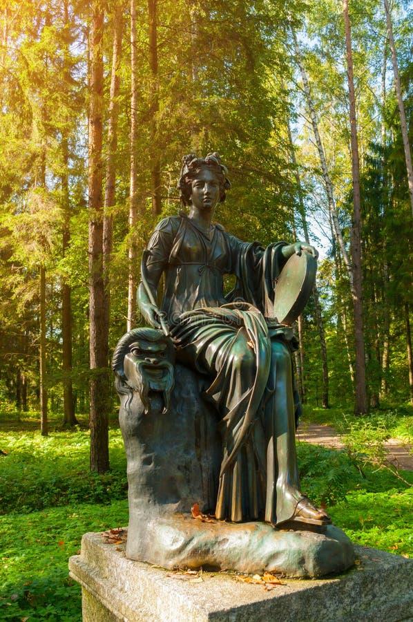 塔利亚铜雕塑-喜剧冥想  在圣彼德堡,俄罗斯附近的Pavlovsk 免版税库存照片