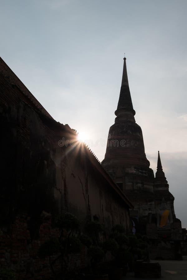 塔剪影WatYaiChaimongkol寺庙的,阿尤特拉利夫雷斯,泰国 免版税库存照片