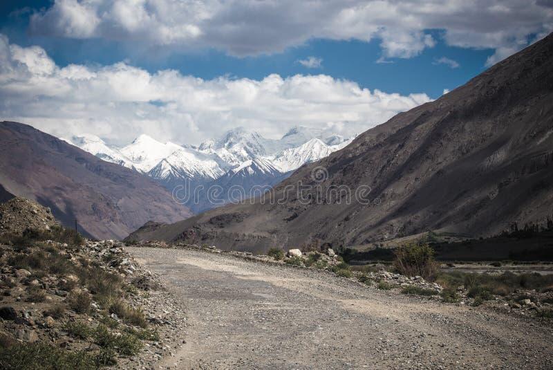 塔吉克斯坦 帕米尔高速公路 覆盖路 定调子 免版税库存图片