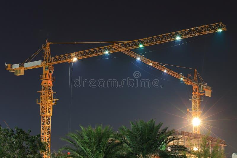 塔吊在建造场所在晚上 免版税库存图片