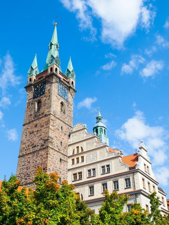 黑塔和城镇厅在Klatovy在晴朗的夏日,捷克 免版税图库摄影