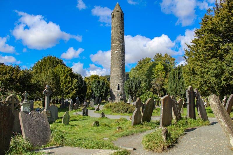 塔和墓碑在Glendalough 免版税库存照片