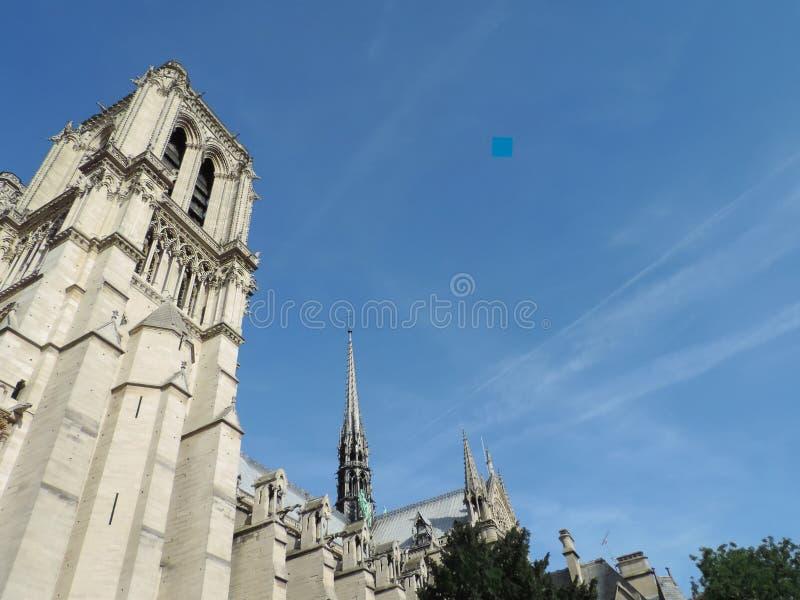 塔和尖顶在巴黎圣母院南门面  库存照片